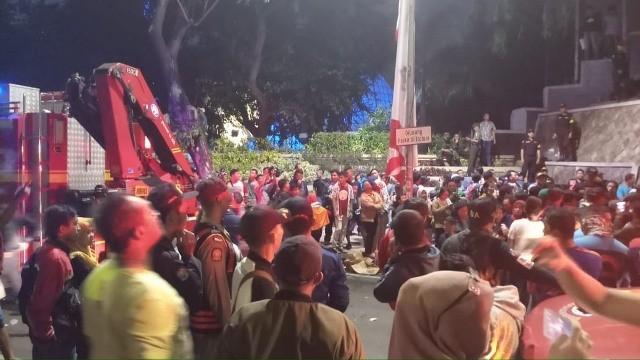 Suasana saat insiden penonton drama kolosal Surabaya Membara terserempet kereta api di Jalan Pahlawan, Surabaya. Foto: Amaluddin/Medcom.id