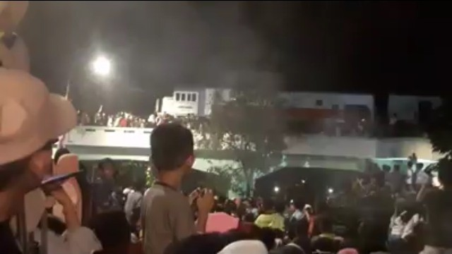Sejumlah penonton drama kolosal 'Surabaya Membara' terserempet kereta di viaduk, Jalan Pahlawan, Surabaya. Foto: Istimewa