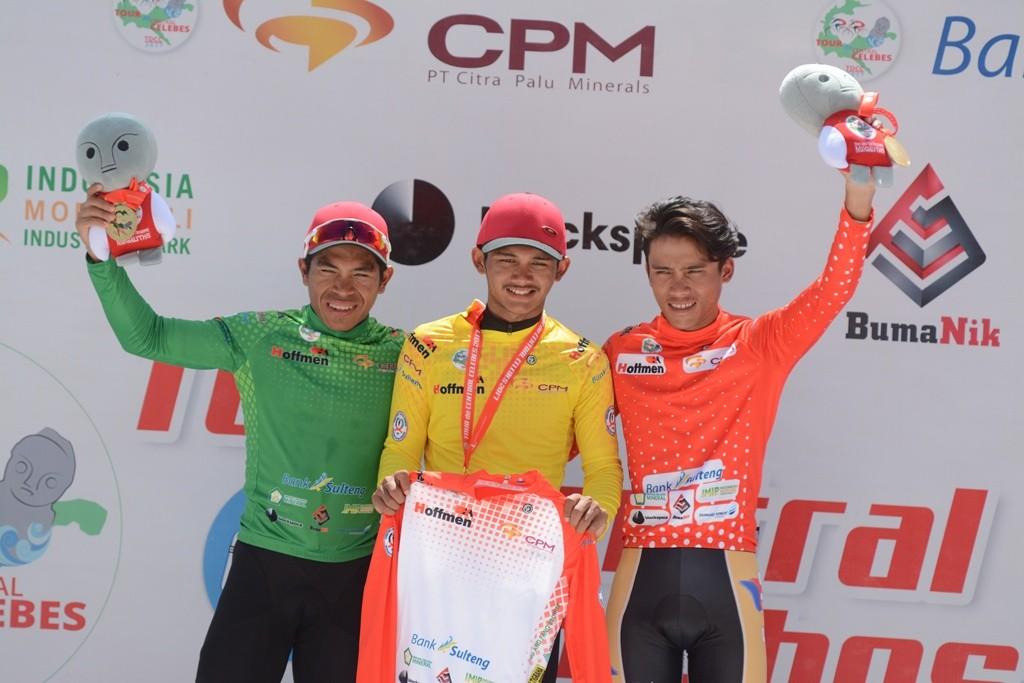 Pembalap Filipina, Jonel Carcueva (kanan) (Antara/Basri Marzuki)