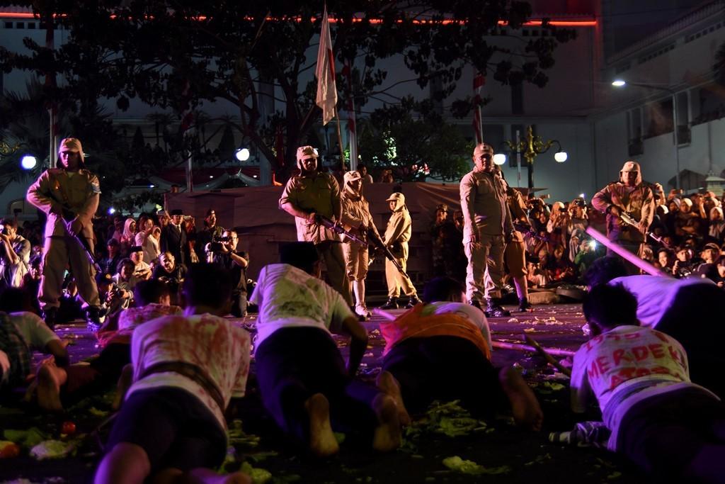 Sejumlah seniman mementaskan teatrikal pertempuran dalam drama kolosal