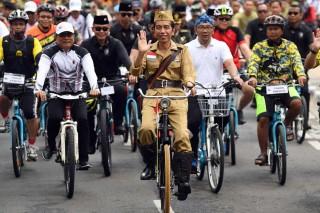 Kenakan Baju Pejuang, Jokowi Ramaikan Bandung Lautan Sepeda