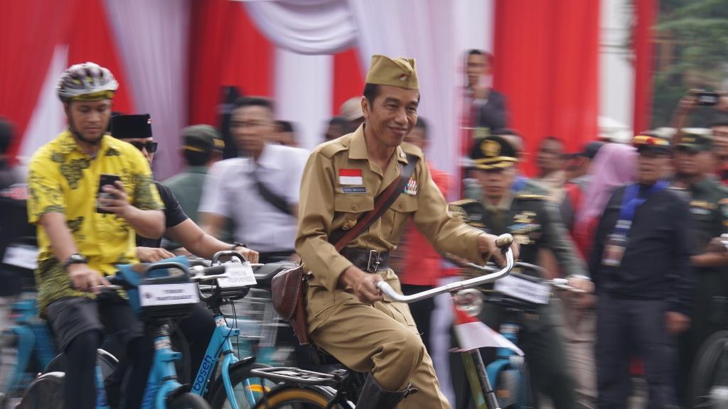Presiden Republik Indonesia Joko Widodo mengenakan kostum veteran perang saat bersepeda di Kota Bandung, Jawa Barat, Sabtu, 10 November 2018. Medcom.id/ P Aditya Prakasa.