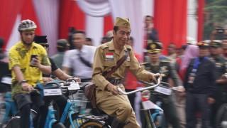 Presiden Jokowi Pakai Kostum Veteran saat Bersepeda di Bandung
