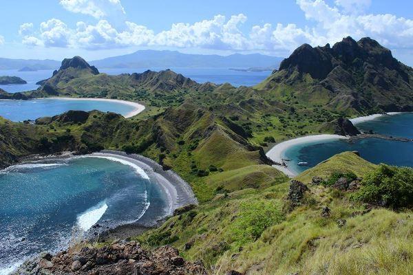 Pulau Padar, salah satu destinasi wisata di Taman Nasional Komodo. (Foto:metrotvnews.com)