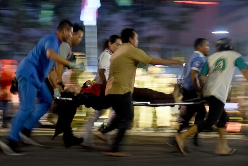 Sejumlah warga mengevakuasi korban yang terjatuh dari viaduk ketika menonton drama kolosal Surabaya Membara di Jalan Pahlawan Surabaya, Jawa Timur, Jumat (9/11/2018). ANTARA FOTO/M Risyal Hidayat.