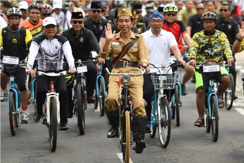 Presiden Joko Widodo mengenakan baju pejuang Bung Tomo (tengah) didampingi Kepala Staf Presiden Moeldoko (kiri) dan Gubernur Jawa Barat Ridwan Kamil (kedua kanan) di Bandung, Jawa Barat, Sabtu (10/11/2018). ANTARA FOTO/Wahyu Putro A.
