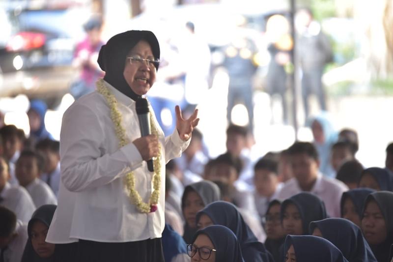 Wali Kota Surabaya Tri Rismaharini, saat memberi pengarahan dan motivasi kepada ratusan pelajar dan guru di SMP Negeri 33 Surabaya. Medcom.id/Amaluddin.