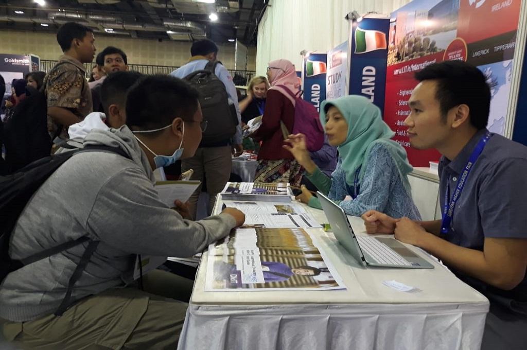 Pelajar memadati 122 booth di Balai Kartini Jakarta, Sabtu 10 November 2018. (Foto: Marcheilla Ariesta)