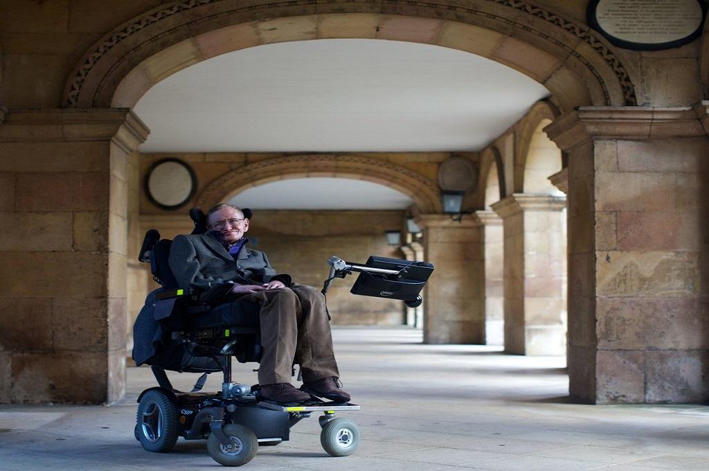 Stephen Hawking duduk di kursi roda yang didesain khusus untuk dirinya. (Foto: Andrew Cowie/Agence France-Presse — Getty Images)