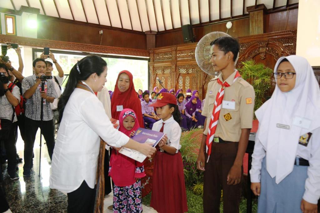 Menko PMK Puan Maharani menyerahkan bantuan sosial di Klaten, Jawa Tengah (Foto:Dok.Kemenko PMK)