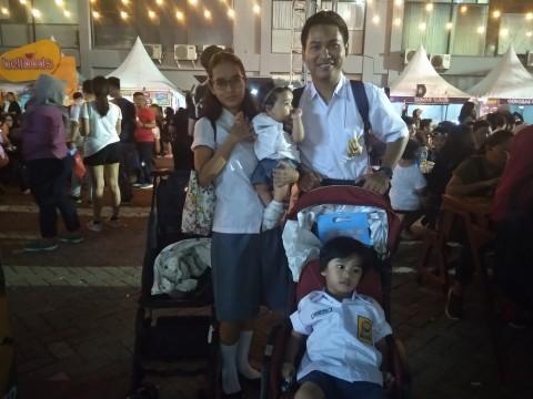 Kenang Masa Muda, Keluarga Ini Pakai Seragam Sekolah di The 90's Festival