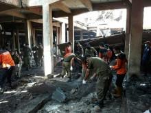 Masyarakat Bantu Bersihkan Puing Bangunan Pasar Legi