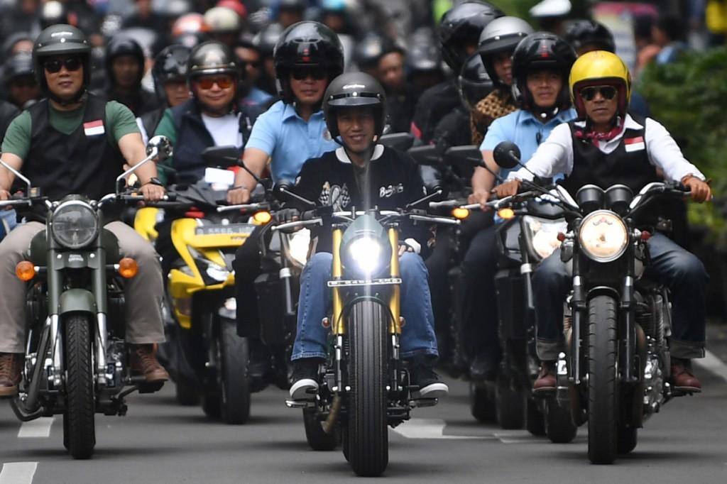 Jokowi Konvoi Kota Bandung Naik Motor Custom