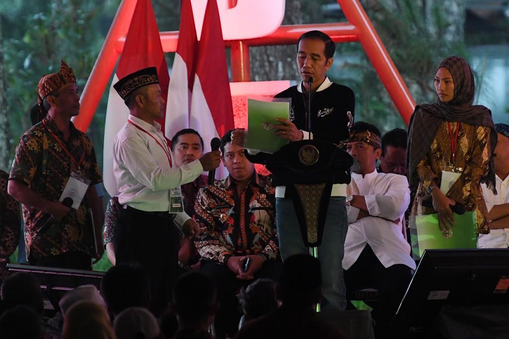 Serahkan SK IPHPS Jokowi Minta Warga Tanam Produk Unggulan