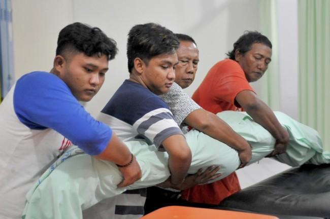 Anggota keluarga mengangkat jenazah Erikawati di kamar mayat RSUD Dr. Soetomo Surabaya, Jawa Timur, Sabtu (10/11/2018). ANTARA FOTO/M Risyal Hidayat.