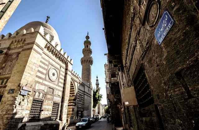 Masjid indah ini berada di kawasan kota tua Kairo yang saat ini cenderung kumuh. AFP Photo/Khaled Desouki