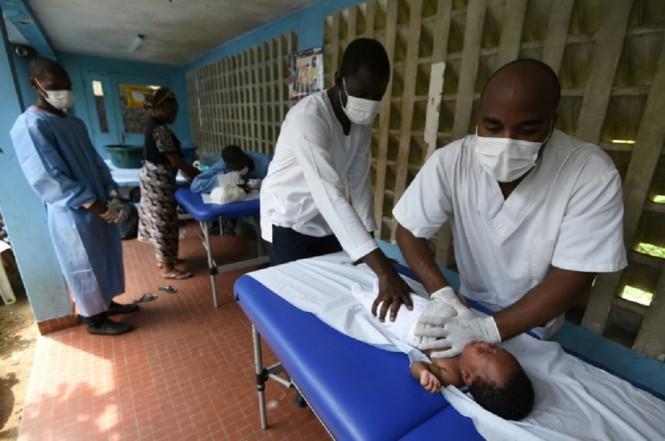 Dokter menangani anak-anak penderita pneumonia di Pantai Gading. (Foto: AFP / SIA KAMBOU)