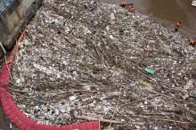 Sampah Menumpuk di Pintu Air Manggarai