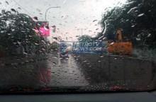 Trik Usir Embun di Kaca Mobil saat Hujan