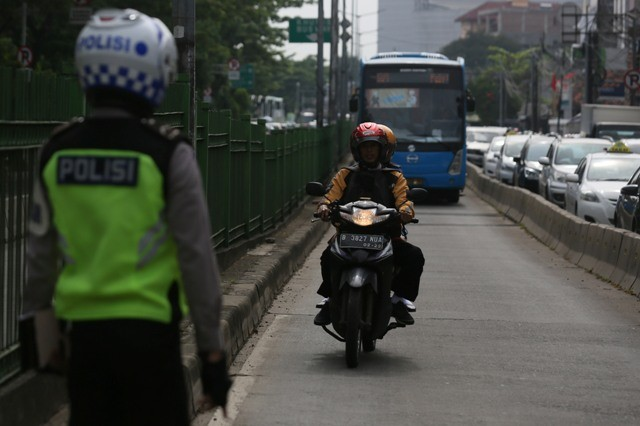 Ilustrasi. Petugas melakukan tindakan tilang kepada pengendara sepeda motor yang memasuki jalur Busway di kawasan Manggarai, Jakarta. Foto: MI/Ramdani