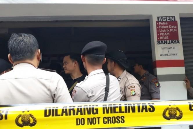 Polisi melakukan olah tempat kejadian perkara (TKP) di Pondok Melati, Bekasi, Jawa Barat, Selasa, 13 November 2018. Medcom.id/ Antonio.