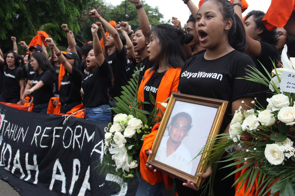 Massa Gelar Aksi Memperingati Tragedi Semanggi I di Istana