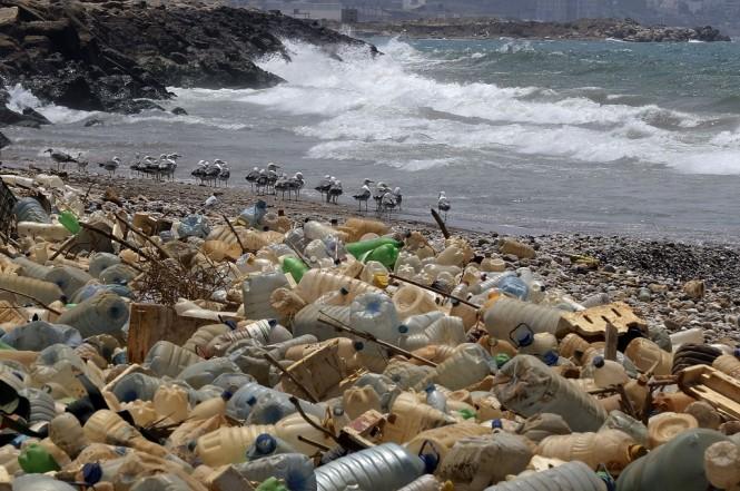 Tumpukan sampah plastik berada di pinggir pantai Ouzai, Beirut. (Foto: AFP/JOSEPH EID)