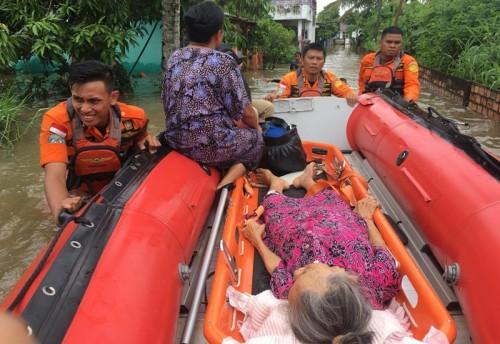 Personel Basarnas Palembang melakukan evakuasi warga terdampak