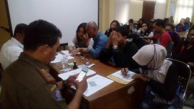 26 pasangan sedang didata oleh Satpol PP Kota Tangerang, lantaran tak bisa menunjukan kartu nikah saat digerebek di hotel.