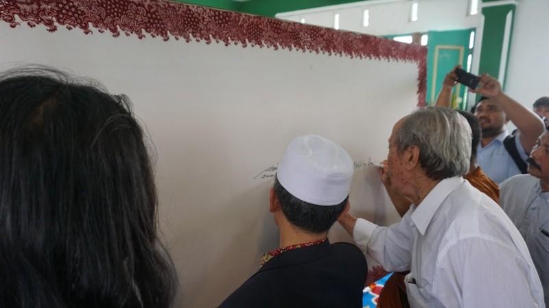Penandatanganan Deklarasi Toleransi Harmoni Lasem pada lembar kain batik usai halaqah kebangsaan di pondok pesantren Alhidayat Lasem Kabupaten Rembang, Jawa Tengah, pada Rabu, 14 November 2018.