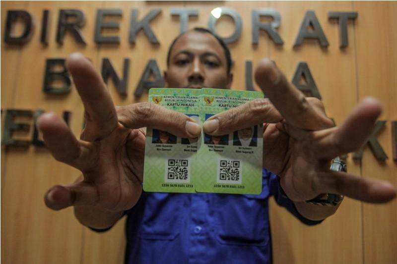 etugas Kementerian Agama (Kemenag) menunjukan Kartu Nikah di kantor Kemenag, Jakarta, Senin (12/11/2018). Kartu nikah direncanakan untuk menggantikan buku nikah karena maraknya pemalsuan buku nikah. Kartu ini akan segera diterbitakan pada akhir November m