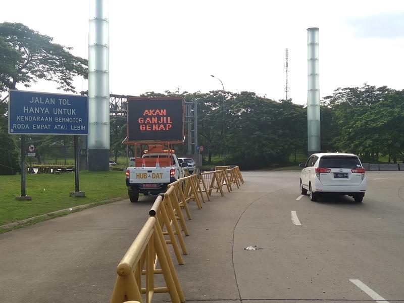 Sosialisasi ganjil genap untuk GT Tambun dilakukan lewat spanduk dan kendaraan Variable Massage Sign (VMS). Medcom.id/Antonio