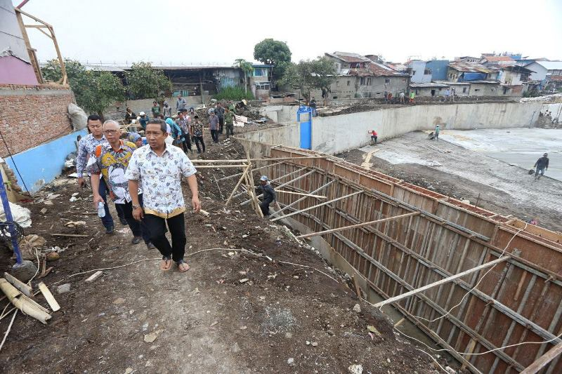 Wakil Wali Kota Bandung Yana Mulyana meninjau proyek pembangunan kolam retensi di Sinaraga, Kecamatan Cicendo beberapa waktu lalu. Medcom.id/ Roni Kurniawan.