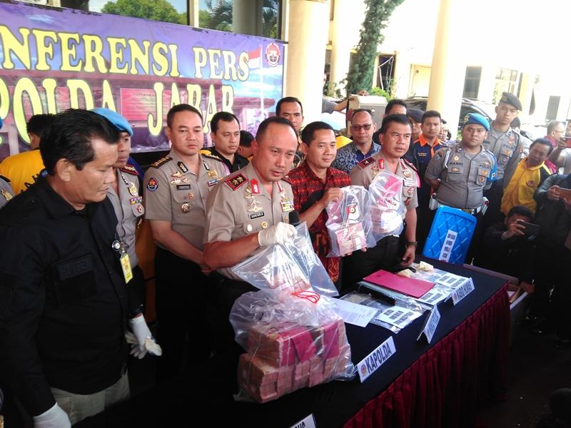 Kapolda Jawa Barat Irjen Agung Budi Maryoto menunjukan barang bukti di Markas Polda Jawa Barat, Jumat, 16 November 2019. Medcom.id/ P Aditya Prakasa.
