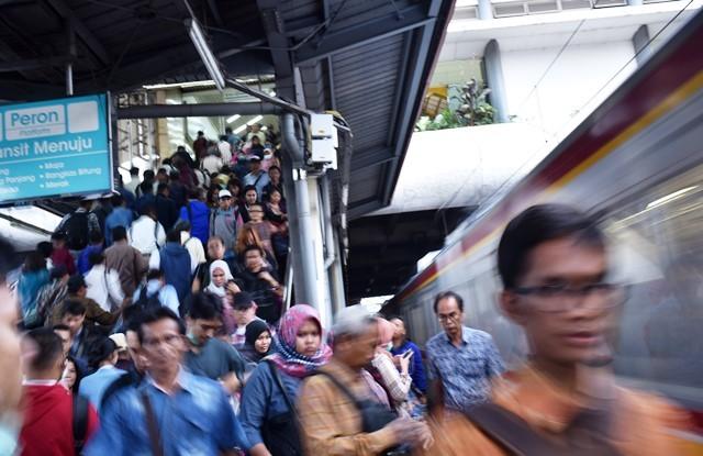Kepadatan penumpang pada jam-jam sibuk di Stasiun Tanah Abang, Jakarta Pusat. Antara Foto/Wahyu Putro