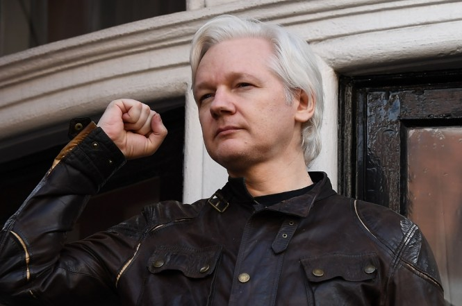 Pendiri WikiLeaks Julian Assange di balkon Kedubes Ekuador di London, Inggris, 19 Mei 2017. (Foto: AFP/JUSTIN TALLIS)