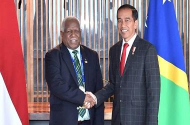 Presiden Joko Widodo (kanan) berjabat tangan dengan PM Kepulauan