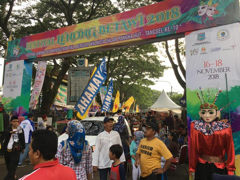 Warga antusian melihat festival Lenong di alun-alun Pondok Aren, Tangerang Selatan, Minggu, 18 November 2018. Medcom.id/ Farhan Dwitama.