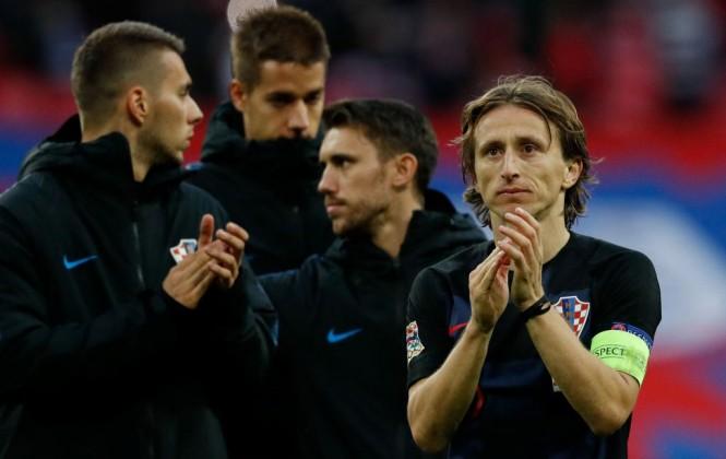 Luka Modric (kanan) (Foto: AFP/Adrian Dennis)