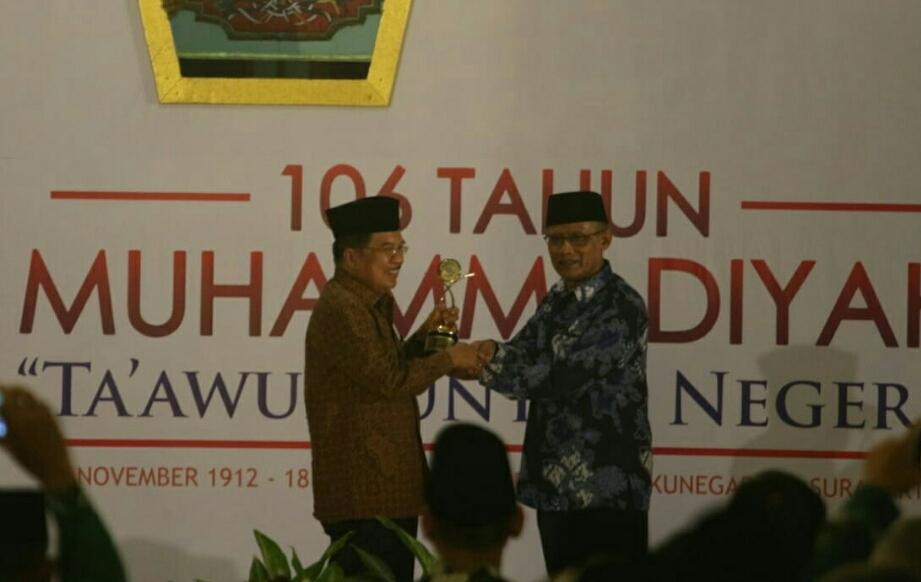 Wakil Presiden Jusuf Kalla menerima penghargaan di acara perayaan milad ke-106 Muhammadiyah di Kota Solo, Jawa Tengah, Minggu, 18 November 2018. Dokumen: Istimewa
