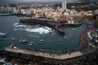 Ombak Setinggi Balkon Apartemen Hantam Tenerife