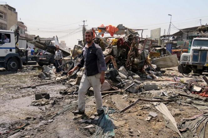 Lokasi bom mobil di kota Sadr, Irak, 28 Agustus 2017. (Foto: AFP)