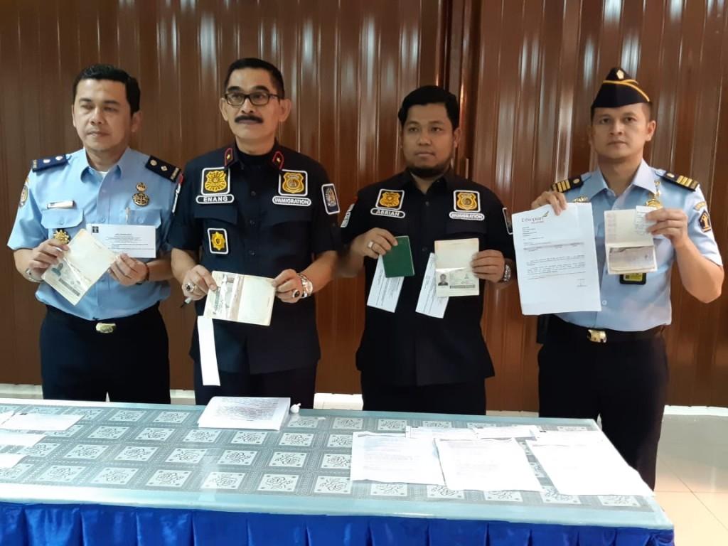 Petugas Imigrasi Klas I Bandara Internasional Soekarno-Hatta menunjukan dokumen palsu yang digunakan tiga warga negara Nigeria untuk berkunjung ke Indonesia, Senin, 19 November 2018. Medcom.id/Farhan Dwitama).