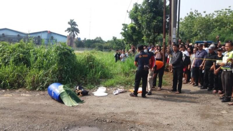Warga menemukan mayat tanpa identitas di dalam drum di kawasan industri Kembang Kuning, Kampung Narogong, Kecamatan Klapanunggal, Kabupaten Bogor, Jawa Barat, Minggu, 18 November 2018. Foto: Istimewa.