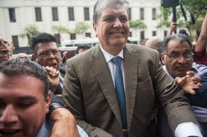 Mantan Presiden Peru Alan Garcia tiba di kantor kejaksaan di Lima, 15 November 2018. (Foto: AFP/ERNESTO BENAVIDES)