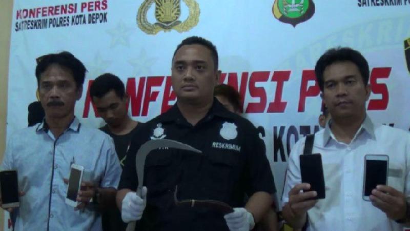 Polresta Depok menunjukan barang bukti dari penangkapan kelompok gangster di Depok, Jawa Barat, Senin, 19 November 2018. Medcom.id/ Octavianus Dwi Sutrisno.