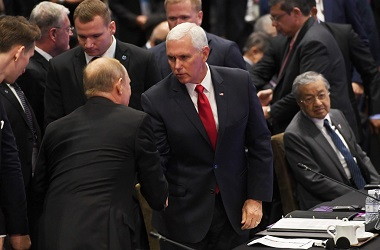 Wapres AS Mike Pence (tengah) berjabat tangan dengan Presiden