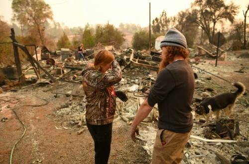 Warga melihat rumah mereka yang hancur akibat kebakaran hutan di
