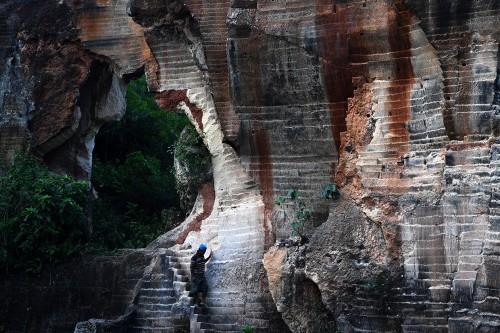 Pengunjung mengamati panorama di tambang batu kapur Arosbaya,
