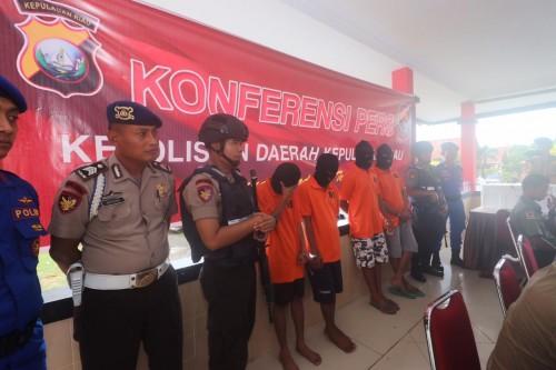 Kabid Humas Polda Kepri (tengah) Kombes Pol S Erlangga dan